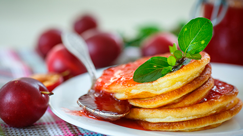 Rezept: Low Carb Milchkaramell Pancakes mit Pflaumentopping