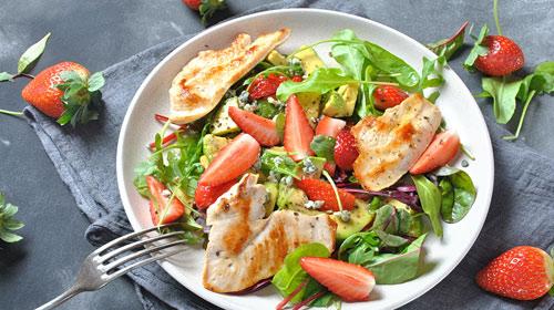 Sommersalat mit Hühnchen, Avocado & Erdbeeren