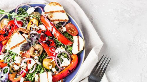Gegrillter Halloumi auf Salat & Grillgemüse