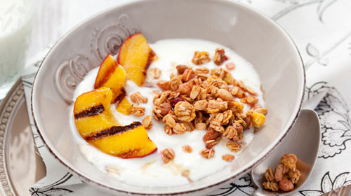 Frühstücksquark mit Granola, gegrilltem Pfirsich und Benefits